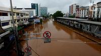 Suasana Jalan Raya Daan Mogot yang terendam banjir di Jakarta, Rabu (1/1/2020). Hujan yang turun saat malam pergantian tahun baru 2019-2020 menyebabkan sejumlah titik jalan terputus di kawasan Grogol terendam banjir. (merdeka.com/Imam Buhori)