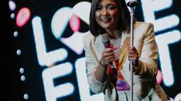 Penampilan Marion Jola saat tampil dalam festival musik Love Fest di Istora Senayan, Jakarta, Sabtu (22/2/2020). Dalam penampilannya Marion membawakan sejumlah lagu hitsnya seperti tak ingin pisah lagi, rayu, favorite sin. (Liputan6.com/Faizal Fanani)