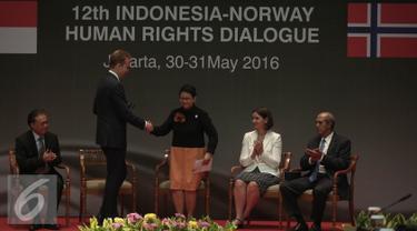 Menteri Luar Negri Norwegia, Broge Brende bersalaman dengan Menlu RI Retno Marsudi saat membuka Dialog HAM antara RI dan Norwegia di Kementerian Luar Negeri, Jakarta, Senin (30/5). (Liputan6.com/Faizal Fanani)