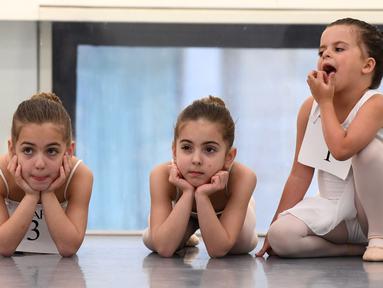 Angelina DeRosa, Angelica DeRosa dan Hermione Mercer menunggu giliran audisi sekolah balet, School of American Ballet (SAB), di Lincoln Center, New York, Senin (1/4). Sekitar 100 anak perempuan dan laki-laki berusia 6 tahun dipilih untuk mengikuti pelatihan musim gugur nanti. (TIMOTHY A. CLARY/AFP)