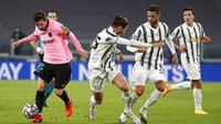 Pemain Barcelona Lionel Messi (kiri) menjauh dari pemain Juventus Adrien Rabiot pada pertandingan Grup G Liga Champions di Allianz Stadium, Turin, Italia, Rabu (28/10/2020). Barcelona menaklukkan Juventus 2-0. (AP Photo/Antonio Calanni)