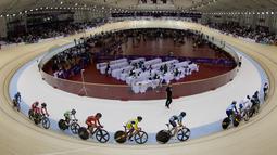Aksi para pebalap Asia yang bertarung di cabang balap sepeda trek nomor omnium putri pada Asian Games 2018 di Velodrome, Jakarta, Rabu (29/8/2018).(Bola.com/Peksi Cahyo)