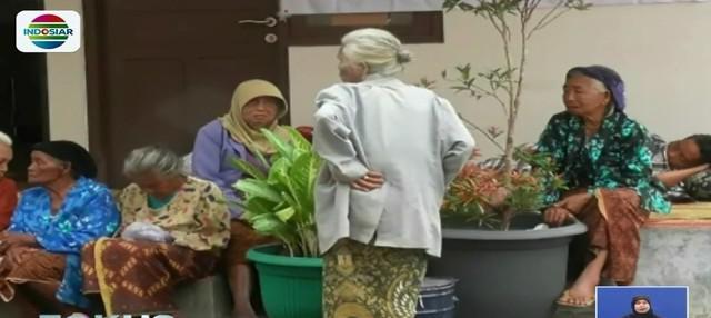 Pengungsi korban letusan Gunung Merapi, Sleman, Yogyakarta mulai terserang penyakit seperti ISPA, diare, hingga sakit mata.