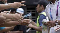 Antusiasme warga saat pembelian tiket untuk masuk ke area Festival Asian Games 2018 pada hari Sabtu (1/9/2018) di kawasan Gelora Bung Karno, Senayan Jakarta. (Bola.com/Peksi Cahyo)