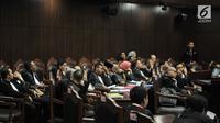Kuasa hukum pihak pemohon saat mengikuti sidang perdana sengketa Pemilu Legislatif 2019 di Gedung Mahkamah Konstitusi (MK), Jakarta, Selasa (9/7/2019). Dari 340 permohonan gugatan Pileg 2019 hanya 260 perkara yang teregistrasi, 250 gugatan Pileg dan 10 gugatan DPD. (merdeka.com/Iqbal Nugroho)