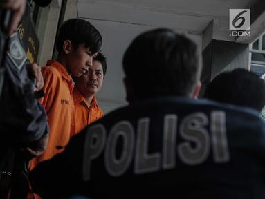 Dua tersangka dihadirkan saat rilis kasus pencurian serta melawan petugas di Jakarta, Jumat (9/8/2019). Dalam pengungkapanya Subdit Umum/Jatanras Dit Reskrimum PMJ berhasil mengamankan 2 tersangka dengan barang bukti berupa senjata api jenis revolver serta buku tabungan. (Liputan6.com/Faizal Fanani)
