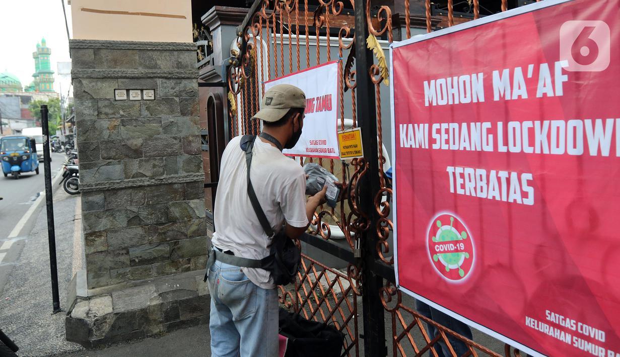 Kurir mengantarkan paket di kawasan Intan Berduri, Sumur Batu, Jakarta, Rabu (9/06/2021). Kelurahan Sumur Batu memberlakukan mikro lockdown di RT 1, RT 2 dan RT di RW 03 setelah 34 warga positif COVID-19. (Liputan6.com/Herman Zakharia)