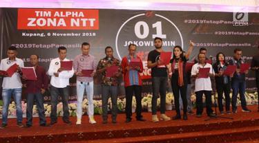 Ketua Tim Alpha Relawan Capres dan Cawapres Jokowi-Amin, Rieke Diah Pitaloka saat membacakan deklarasi bersama Tim Alpha zona Nusa Tenggara Timur di Kupang, NTT Selasa (6/11). (Liputan6.com/HO/Tim Alpha)