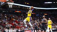 Aksi LeBron James saat mencetak 51 poin kala Lakers bersua Heat di lanjutan NBA (AP)