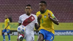 Usai ketinggalan, Peru mencoba memberi perlawanan. Namun Christofer Gonzales dan kawan-kawan belum mampu memberikan ancaman berarti meski beberapa kali mampu masuk ke kotak penalti Brasil. (Foto: AP/Andre Penner)