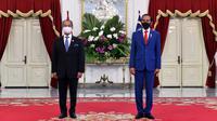 Presiden Indonesia Joko Widodo (kanan) dan Perdana Menteri Malaysia Muhyiddin Yassin berpose di Istana Merdeka, Jakarta, Jumat (5/2/2021). Ini merupakan kunjungan luar negeri pertama Muhyiddin Yassin pascamenjabat sebagai PM Malaysia. (HANDOUT/INDONESIAN PRESIDENTIAL PALACE/AFP)