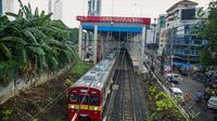 Kereta Rel Listrik (KRL) Jabodetabek melintas di area pembangunan Stasiun Sudirman Baru di Kawasan Dukuh Atas, Jakarta Pusat, Rabu (22/11). (Liputan6.com/Faizal Fanani)