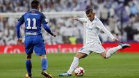 Pemain Real Madrid, Theo Hernandez (kanan) melepaskan tembakan saat diadang pemain Fuenlabrada, Hugo Fraile pada laga Copa del Rey babak 32 besar di Santiago Bernabeu stadium, Madrid, (28/11/2017). Real Madrid bermain imbang 2-2. (AP/Francisco Seco)