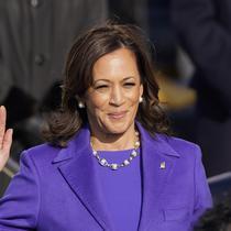 Kamala Harris saat dilantik menjadi Wapres AS. (AP Photo/Andrew Harnik)