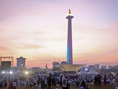 Suasana acara Munajat dan Maulid Akbar 2019 #ReuniMujahid212 di kawasan Monas, Jakarta, Senin (2/12/2019). Aksi dimulai dengan salat tahajud bersama pada pukul 03.00 WIB dan ditutup dengan doa yang berakhir pada pukul 08.00 WIB. (Liputan6.com/Herman Zakharia)