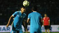 Jayus Hariono saat pemanasan dengan tim Arema. (Bola.com/Iwan Setiawan)