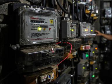 Petugas memeriksa meteran listrik di Rusun Bendungan Hilir, Jakarta, Rabu (7/4/2021).  Perusahaan Listrik Negara (PLN) kembali tawarkan promo tambah daya listrik jelang Ramadhan, melalui program Ramadhan Peduli dan Ramadhan Berkah. (Liputan6.com/Johan Tallo)