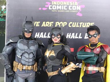 """Cosplay Batman, Robin dan Cat women berpose  saat acara Indonesia Comic Con 2016 di Jakarta, Sabtu (1/10). Indonesia Comic Con 2016 bertema """"We Are Pop Culture"""" ini digelar di Hall A dan B, JCC Senayan. (Liputan6.com/Herman Zakharia)"""