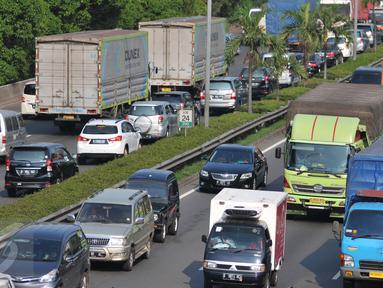 Kendaraan memadati jalan Tol Cawang Grogol di MT Haryono menuju Cikampek atau pun Jagorawi, Jakarta, (29/12). Untuk mengurai kemacetan, Menteri Perhubungan keluarkan larangan pengoperasian truk jelang tahun baru di Jakarta. (Liputan6.com/Yoppy Renato)