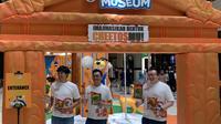 Dimas Pratama (Assistand Brand Manager Snack Food), Harry Susanto Wibowo (Marketing Manager Snack Food) dan Erwin Susanto (Brand Manager Extruded Category) (kiri ke kanan) dalam pembukaan Cheetos Museum di Kota Kasablanka, Jakarta Selatan pada Selasa (5/11/2019). (dok. Liputan6.com/Novi Thedora)