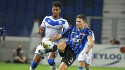 Pemain Atalanta, Mattia Caldara, menendang bola ke gawang Brescia pada laga Serie A di Stadion Gewiss, Selasa (14/7/2020). Atalanta menang 6-2 atas Brescia. (Gianluca Checchi/LaPresse via AP)