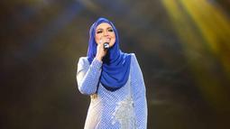 Dengan penampilan serba biru, Siti Nurhaliza tampil pada acara Hut Indosiar ke 22 di JCC Senayan Jakarta. (KapanLagi/Bayu Herdianto)