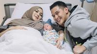 Potret Keluarga Rezky Aditya dan Citra Kirana Bersama Buah Hati. (Sumber: Instagram.com/thereal_rezkyadhitya)