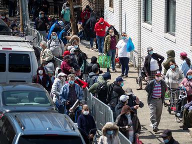 Orang-orang menunggu untuk menerima makanan di sebuah tempat distribusi makanan di Wilayah Brooklyn, New York, Amerika Serikat (AS), (14/5/2020). Jumlah klaim pengangguran awal di AS mencapai 2.981.000 pekan lalu. (Xinhua/Michael Nagle)