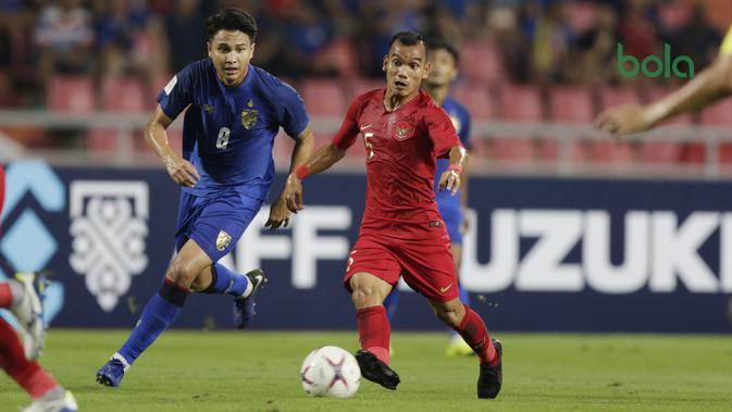 Gelandang Timnas Indonesia, Riko Simanjuntak, menggiring bola saat melawan Thailand pada laga Piala AFF 2018 di Stadion Rajamangala, Bangkok, Sabtu (17/11). Thailand menang 4-2 dari Indonesia. (Bola.com/M. Iqbal Ichsan)