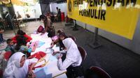 Sejumlah siswi mengisi formulir Penerimaan Peserta Didik Baru (PPDB) tahun ajaran 2016/2017 di Dinas Pendidikan Kota Yogyakarta, Rabu (15/6). PPDB jalur Kartu Menuju Sehat (KMS) diminati siswa untuk mendapatkan sekolah favorit. (Liputan6.com/Boy Harjanto)