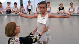 Hermione Mercer mengikuti audisi sekolah balet terkenal di dunia, School of American Ballet (SAB), di Lincoln Center, New York, Senin (1/4). Sekolah balet ini memilih sekitar 100 anak perempuan dan laki-laki berusia 6 tahun untuk mengikuti pelatihan pada musim gugur nanti. (TIMOTHY A. CLARY/AFP)