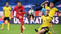 Penyerang Portugal, Cristiano Ronaldo, melepaskan tendangan ke arah gawang Swedia pada laga UEFA Nations League di Stadion Friends Arena, Rabu (9/9/2020) dini hari WIB. Portugal menang 2-0 atas Swedia. (AFP/Jonathan Nackstrand)