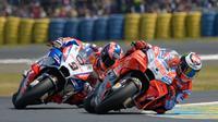 Pembalap Pramac, Danilo Petrucci (9), bersaing ketat dengan jagoan Ducati, Jorge Lorenzo, pada balapan MotoGP Prancis, Minggu (20/5/2018). (MotoGP.com)