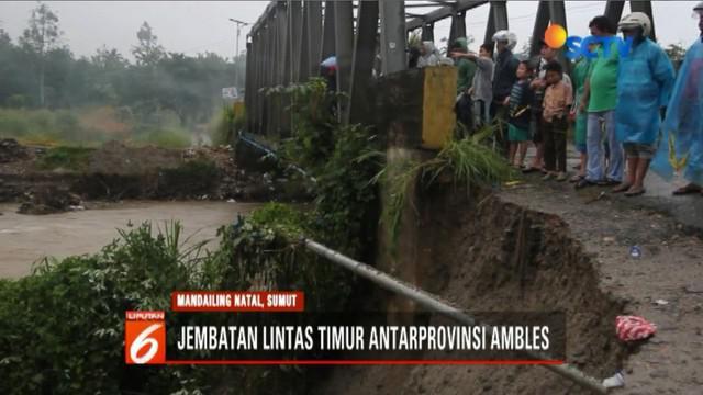 Jembatan penghubung antar-provinsi Sumatra Utara amblas karena tergerus air sungai pascahujan deras.