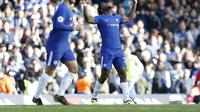 Penyerang Chelsea, Michy Batshuayi merayakan gol yang dicetak ke gawang Watford. Aksinya berbuah gol penyeimbang 2-2 pada laga pekan kesembilan Liga Inggris 2017/2018 di Stamford Bridge, Sabtu (21/10/2017). (Ian KINGTON / AFP)