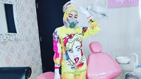 Nina Agustin, dokter gigi di Malang yang mengenakan Alat Pelindung Diri (APD) fashionable juga penuh warna. (dok. Instagram @itsneyna/https://www.instagram.com/p/CCkL22tJb9v/