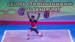 Deni berhasil membukukan total angkatan 328 kg (145 snatch dan 183 kg clean and jerk). (Bola.com/Vitalis Yogi Trisna)