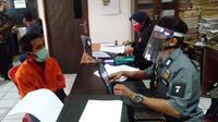 Ramadan diinterogasi di Polrestabes Palembang usai tertangkap karena kasus pencurian di Kota Palembang Sumsel (Liputan6.com / Nefri Inge)