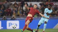 Penyerang AS Roma, Edin Dzeko, tercatat pernah tiga kali membobol gawang Liverpool ketika masih bermain untuk Manchester City. (AFP/Lluis Gene)