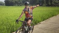 Nirina Zubir Bagikan Tips Naik Sepeda Aman di Tengah Pandemi. (dok.Instagram @nirinazubir_/https://www.instagram.com/p/CE0mK7AjrqO/Henry)