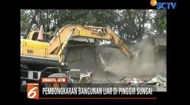Satpol PP Surabaya bongkar 58 bangunan liar di bantaran sungai yang nantinya akan dibangun taman kota.