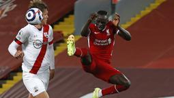 Sadio Mane. Striker asal Senegal ini didatangkan Liverpool pada awal musim 2016/2017 dari Southampton senilai 34 juta Poundsterling. Awalnya ia telah bertemu dengan manajer dan perwakilan Manchester United, namun lebih memilih Liverpool setelah dihubungi Jurgen Klopp. (AFP/Phil Noble/Pool)