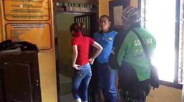 Polisi menggerebek sebuah rumah kos yang tidak jauh dari area kampus di Jember, Jawa Timur. Seorang mahasiswi berparas cantik ditangkap karena mengedarkan minuman keras dan narkoba.