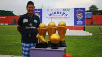 Purwanto, eks wasit FIFA, tampil beda di lapangan dengan sarung dan kopiah. (Bola.com/Robby Firly)