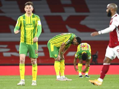 Para pemain West Bromwich Albion bereaksi atas kekalahan mereka dari Arsenal pada akhir pertandingan Liga Inggris di Emirates Stadium, London, Inggris, Minggu (9/5/2021). Arsenal mengalahkan West Bromwich Albion 3-1 dan memastikan The Baggies terdegradasi. (Andy Rain/Pool via AP)