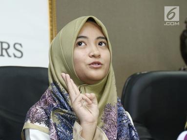 Komika Arafah Rianti menggelar jumpa pres terkait dugaan penipuan yang dialaminya, Jakarta, Kamis (6/7). Arafah mengaku ditipu saat membeli mobil di situs jual beli online. (Liputan6.com/Helmi Afandi)