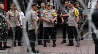 Kapolda Metro Jaya Irjen Pol Gatot Eddy Pramono (tengah) bersama Kapolres Jakarta Pusat Kombes Pol Harry Kurniawan meninjau situasi dan kondisi pengamanan sekitar gedung Mahkamah Konstitusi, Jakarta, Jumat (14/6/2019). (Liputan6.com/Helmi Fithriansyah)