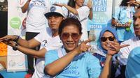 Menteri KKP, Susi Pudjiastuti bersama sejumlah Pemerhati Laut berjoget baby shark dance saat meresmikan 'Pandu Laut Nusantara' di CFD kawasan Bundaran HI, Jakarta, Minggu (15/7). (Liputan6.com/Arya Manggala)