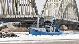 Kapal nelayan yang menabrak Jembatan Anggersudn di perairan dingin di Limfjord di bagian utara Jutland di Denmark (28/2). (AFP Photo/Scanpic Denmark/Henning Bagger)