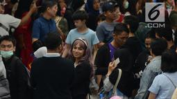 Calon penumpang antre membeli tiket untuk menggunakan layanan transportasi Moda Raya Terpadu (MRT) di Stasiun Bundaran HI, Jakarta, Rabu (3/4). Meski sudah tidak digratiskan, warga tetap antusias menjajal MRT. (merdeka.com/Imam Buhori)